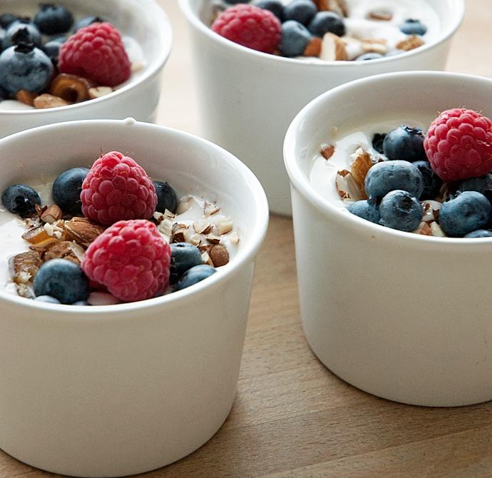 Dieta jogurtowa - jogurt naturalny z owocami i musli (pinterest)