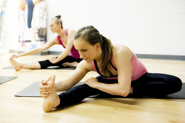 Stretching (źródło: jatomifitness.pl)
