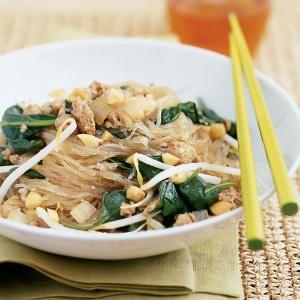 makaron ryżowy ze szpinakiem (źródło: pinterest)