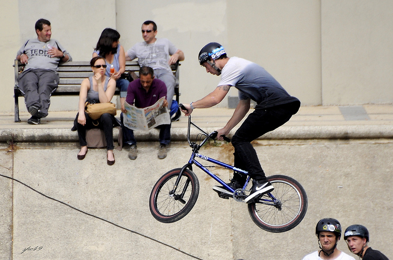 chłopak na rowerze BMX podczas ewolucji na rampie