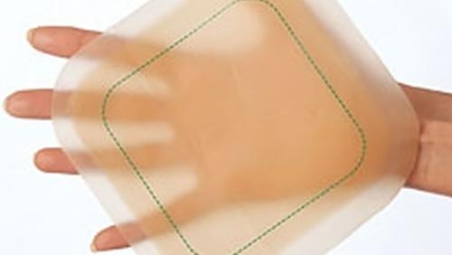 opatrunek hydrokoloidowy trzymany na dłoni