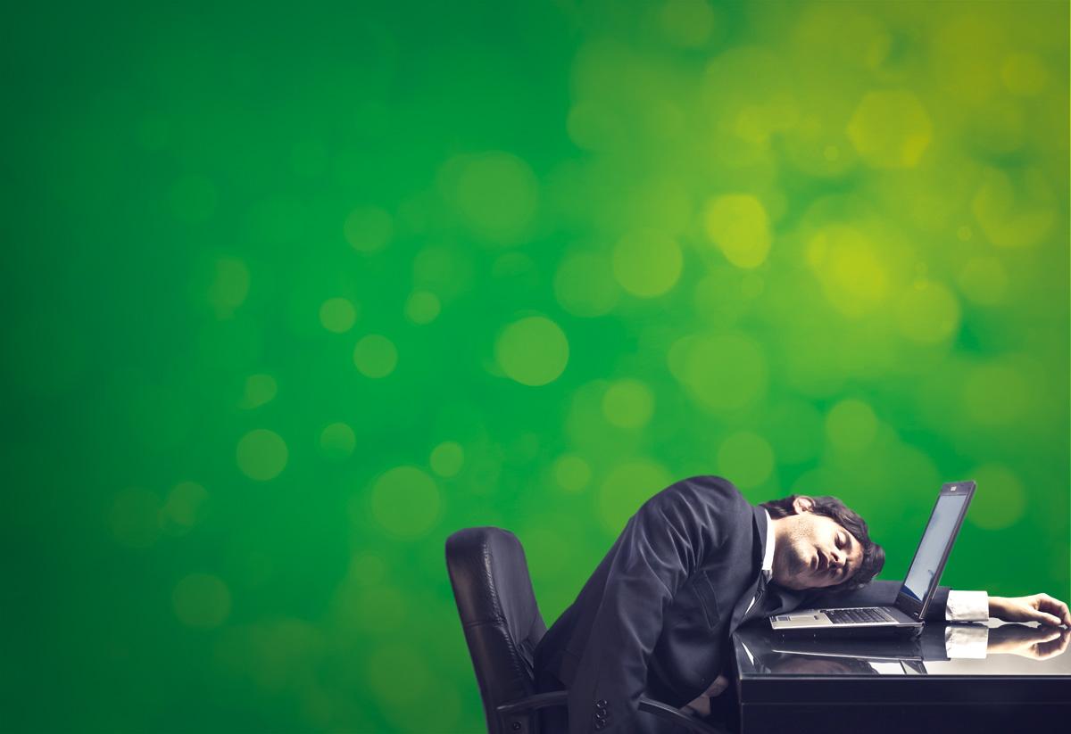 zestaw witamin vigourup  dla zmęczonego leżącego na laptopie mężczyzny