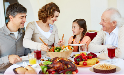 szczęśliwa rodzina przy stole spożywa posiłek i nie boi się wzdęć - tabletki na wzdęcia