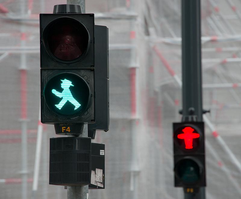 światło zielone  z czerwonym w tle
