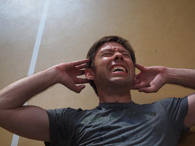 kolka brzuszna - mężczyzna próbuje zrobić brzuszki ale boli go brzuch