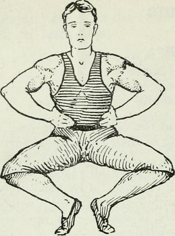 mężczyzna ćwiczy przysiady z podpartymi rękoma na biodrach