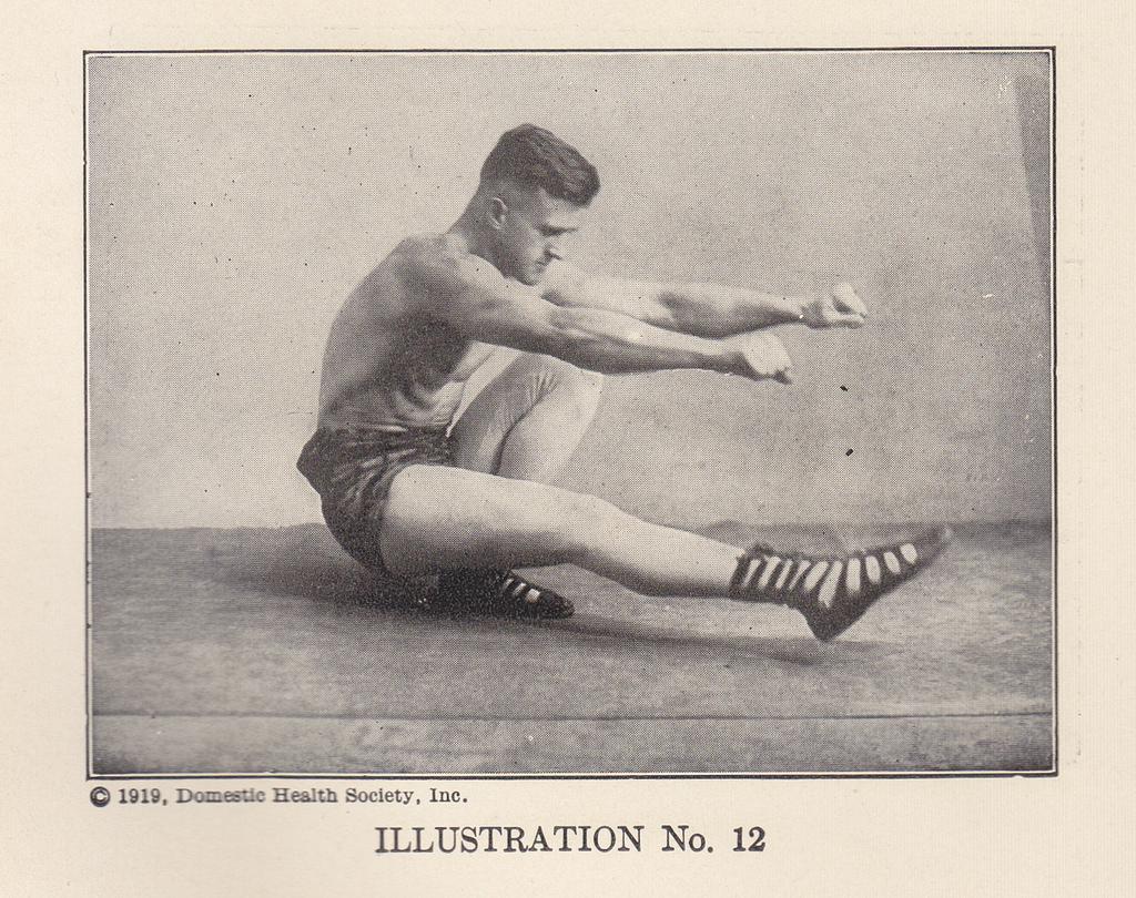 zdjęcie sepia mężczyzn ćwiczy równowagę w przysiadzie z jedną nogą wyprostowaną