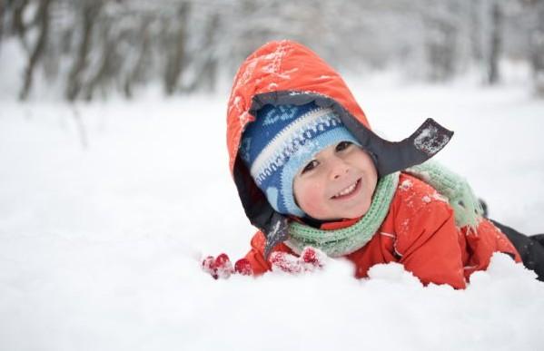 dziecko bawi się na śniegu dzięki podniesionej odporności - groprinosin syrop
