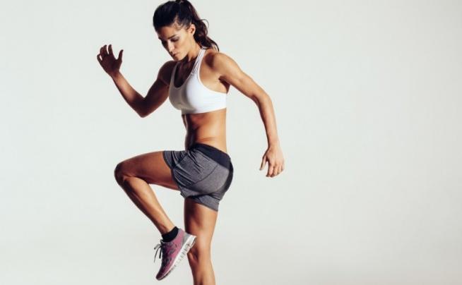 młoda wysportowana kobieta ćwiczy ciało i kondycję