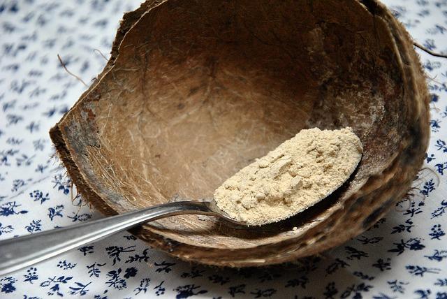storczyk męski - proszek na łyżce w łupinie kokosowej