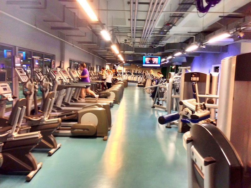 klub fitness z dużą ilością sprzętu