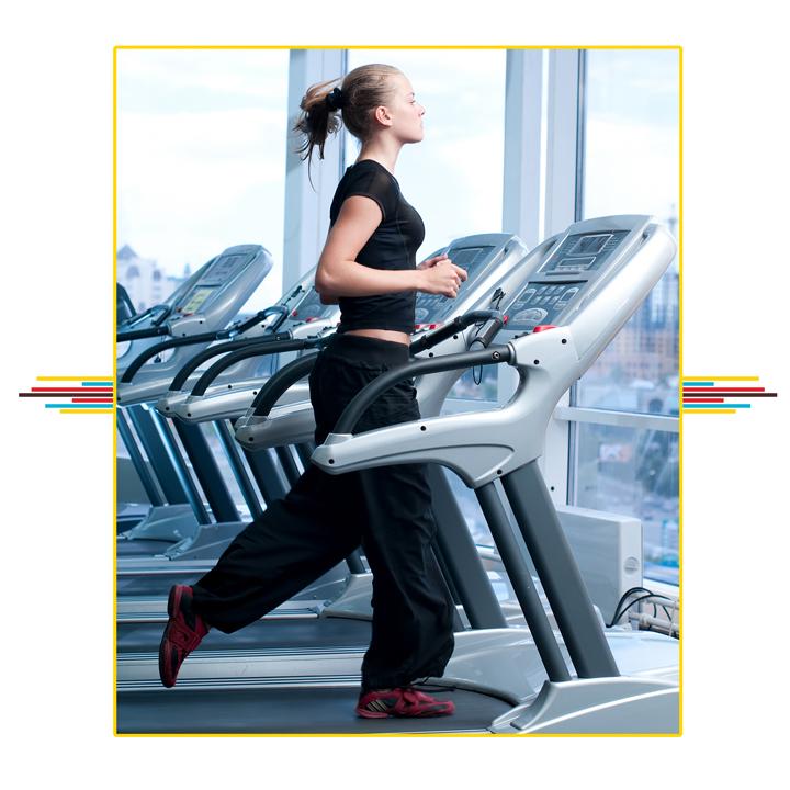 młoda dziewczyna ćwiczy kondycję na bieżni w siłowni. Jak ćwiczyć kondycje