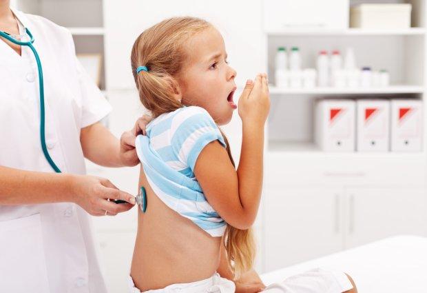 mała dziewczynka osłuchiwana przez lekarza kaszle bo ma infekcję górnych dróg oddechowych