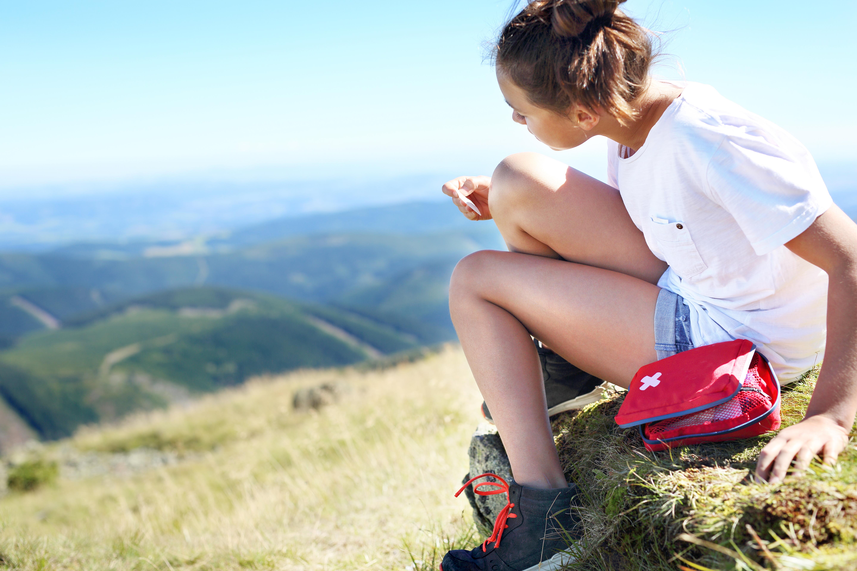 opatrunek hydtokoloidowy - dziewczyna opatruje ranę na kolanie