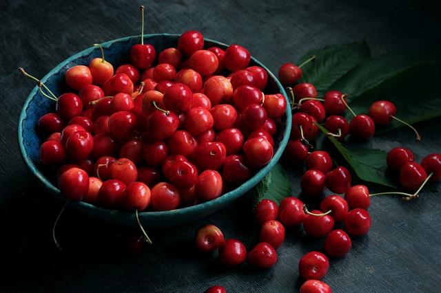 owoce - czereśnie w zielonej misce