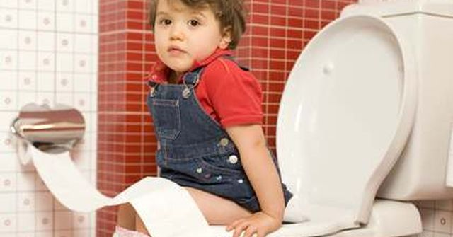 dziecko w toalecie